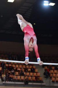 Gymnastique artistique, composé de 4 agrès : saut, barres, poutre et sol